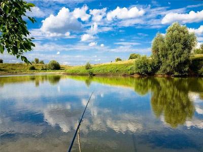 Отдых с удочкой у реки